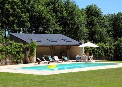 Orangerie-Chaises Longues et transats à la piscine