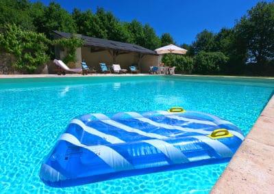 Jeu nautique pour enfant dans la piscine